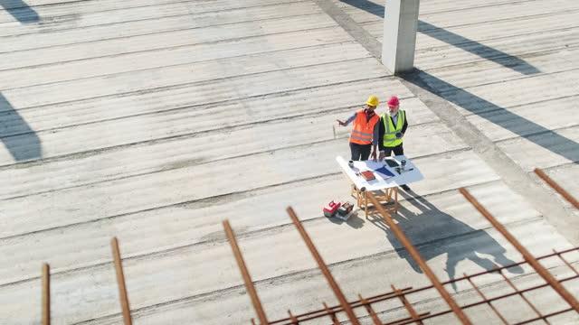 vídeos y material grabado en eventos de stock de reunión del director de proyecto en el lugar con foreman - planificación