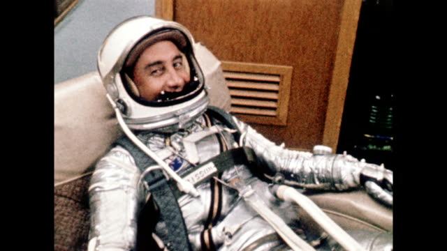 vídeos de stock e filmes b-roll de project mercury redstone 4 astronauts pre-flight preparations / virgil 'gus' grissom is suited up in space suit on july 21, 1961 in cape canaveral,... - missão espacial