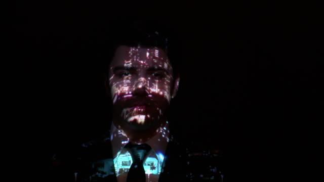 Projektion der Stadt leuchtet ein Geschäftsmann Gesicht