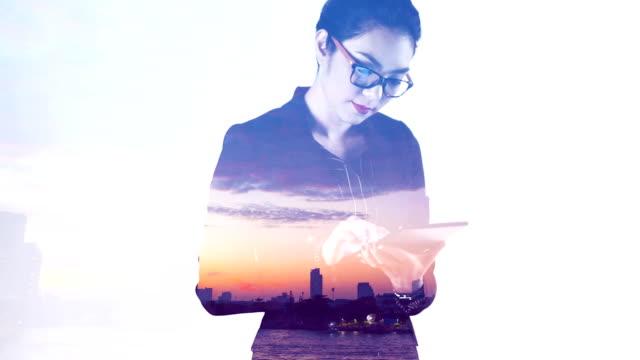 vídeos de stock e filmes b-roll de projection of city scape on a business woman - equipamento de projeção