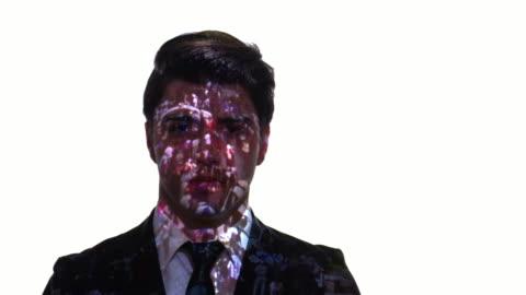 vídeos y material grabado en eventos de stock de proyección de timelapse de la multitud en la cara de un hombre de negocios - realidad aumentada espacial
