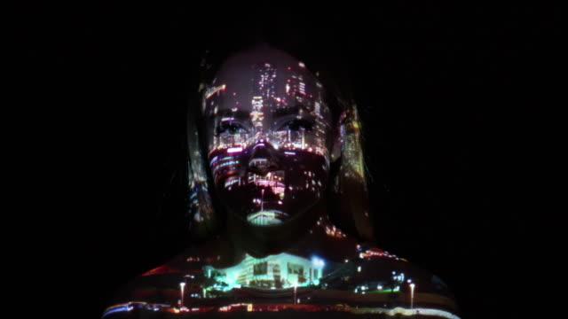 projektion von dubai city leuchtet auf das gesicht einer frau - projektion stock-videos und b-roll-filmmaterial