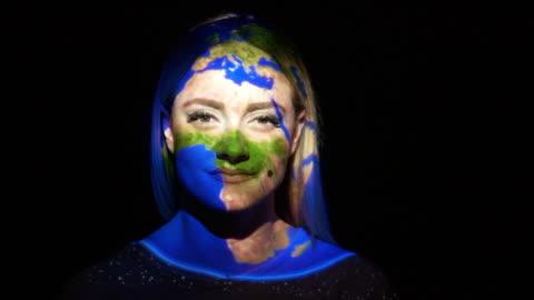 vídeos y material grabado en eventos de stock de proyección de tierra sobre el rostro de la mujer - realidad aumentada espacial