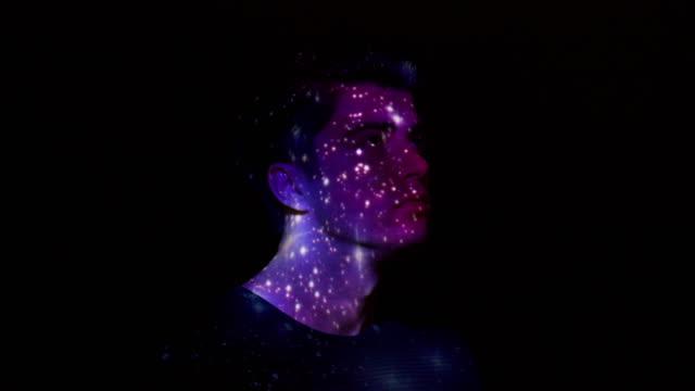 projektion von nebel und sterne auf das gesicht des mannes - projektion stock-videos und b-roll-filmmaterial