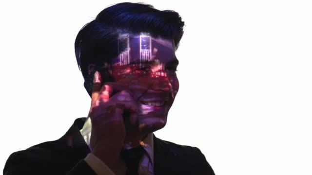 vídeos y material grabado en eventos de stock de proyección del puerto timelapse en la cara de un hombre de negocios - realidad aumentada espacial