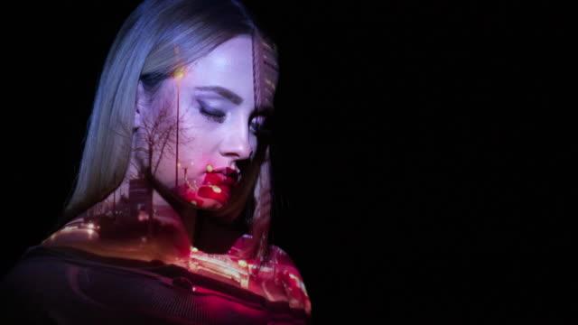 vídeos de stock e filmes b-roll de projection of traffic lights on a woman's face - equipamento de projeção
