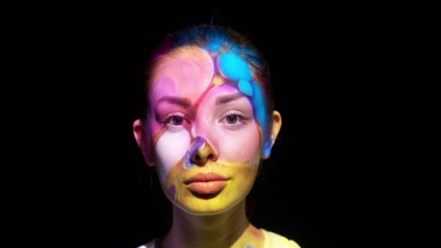 vídeos y material grabado en eventos de stock de proyección en la cara de una mujer - realidad aumentada espacial