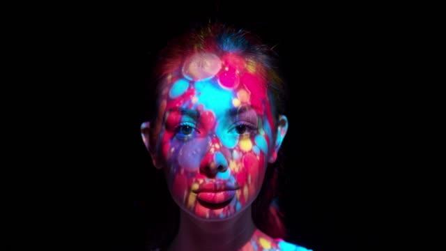 vidéos et rushes de projection sur le visage d'une femme - image projetée