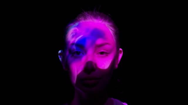 vídeos y material grabado en eventos de stock de proyección en la cara de una mujer - compuesto digital
