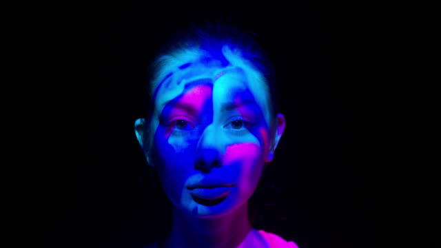 vídeos de stock e filmes b-roll de projection on a woman's face - multi coloured