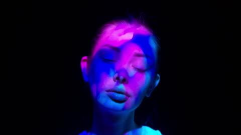 projektion på kvinnans ansikte - inspiration bildbanksvideor och videomaterial från bakom kulisserna