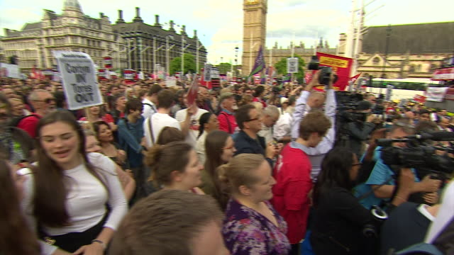 projeremy corbyn supporters at a rally in london to show solidarity for labour's leader as he faces a leadership challenge - 労働党点の映像素材/bロール