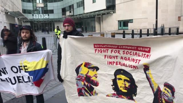 "vídeos de stock e filmes b-roll de pro-maduro activists protest bbc's ""biased"" coverage of the developments in venezuela in front of the british public broadcaster's headquarters in... - bbc"