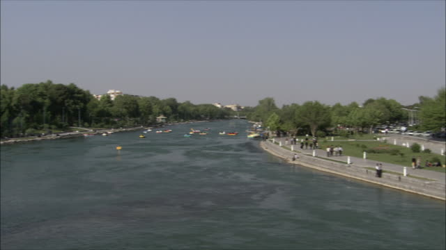 stockvideo's en b-roll-footage met ws ha pan promenade and boats on zayandeh river, isfahan, iran - waterfiets