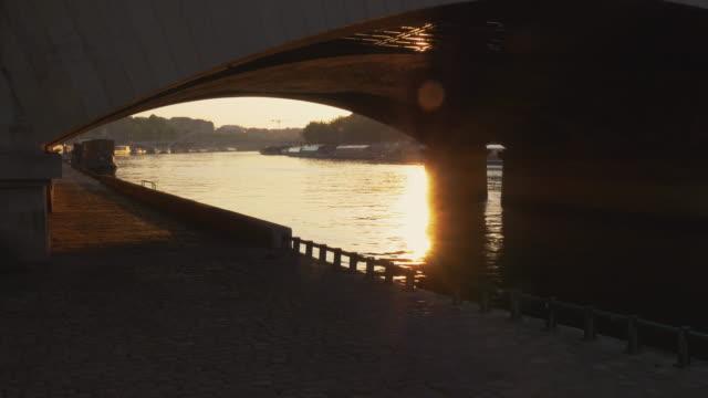 vidéos et rushes de promenade at sunset - lockdown