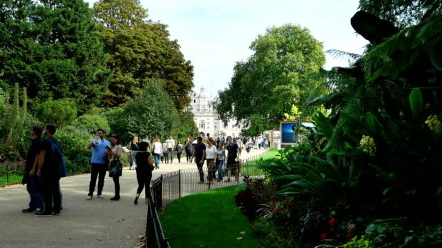 Promenaders In London St James's Park (4K/UHD to HD)