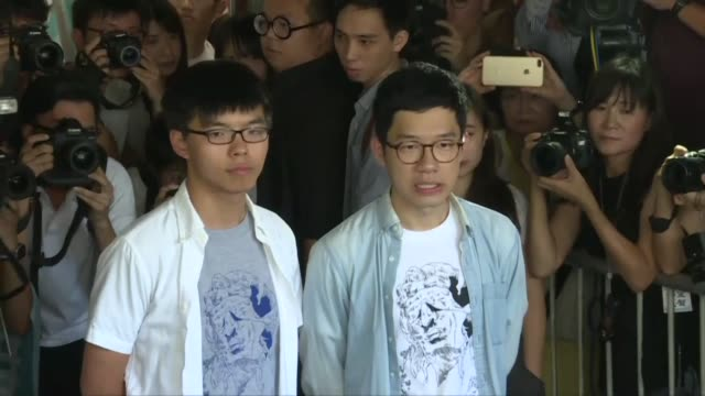 vídeos y material grabado en eventos de stock de prominent hong kong activists arrive in court for a ruling that could see them jailed for their role in the 2014 mass pro democracy protests - activista