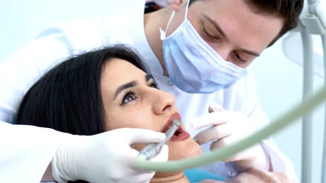 stockvideo's en b-roll-footage met prominente scrupuleuze tandarts met behulp van steriel injectiemateriaal - beschermende handschoen