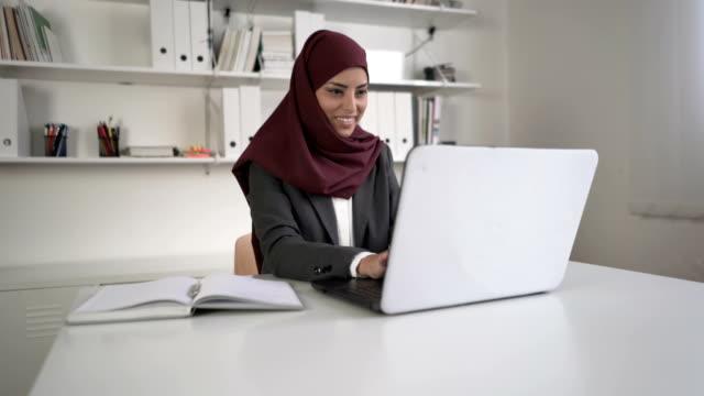 vídeos de stock e filmes b-roll de promising future ahead of her - arábia saudita