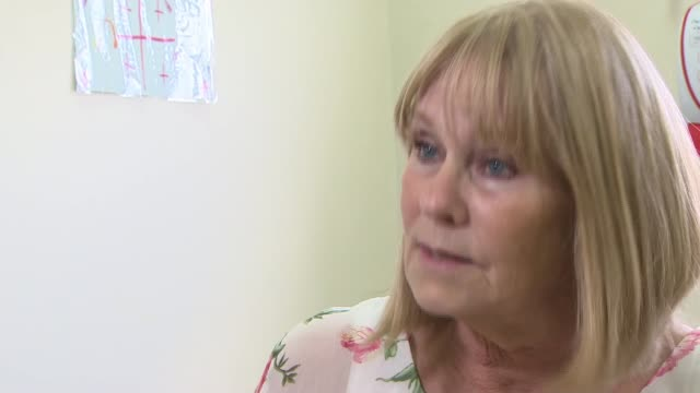 promising new treatment for ovarian cancer england london royal marsden hospital int various of doctor talking to ovarian cancer sufferer marianne... - itv weekend late news点の映像素材/bロール
