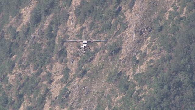 ws ts pan zo prop aircraft flying and landing on small runway of lukla airport near khumbu valley / lukla, khumbu region, nepal - khumbu stock videos and b-roll footage