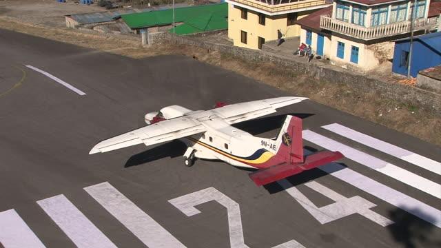 ms ts zo prop aircraft pilatus porter taking off on small runway of lukla airport near khumbu valley / lukla, khumbu region, nepal - khumbu stock videos and b-roll footage