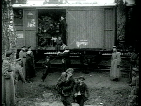vidéos et rushes de propaganda film: capitalism equals misery and alcoholism. clean children, posing with bolsheviks. the cheka takes care of orphans under cover of... - passenger train