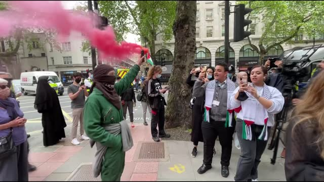 pro-palestinian activists and protesters on friday called for shut down of an israeli-owned weapons manufacturing plant in london, england. palestine... - 12 13 years stock videos & royalty-free footage