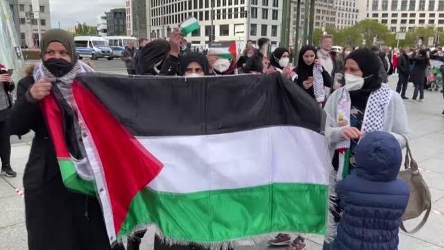 pro-palestinian protestors gathered in the german capital on saturday to protest israel for attacks on gaza. during the demonstration waved... - demokrati bildbanksvideor och videomaterial från bakom kulisserna