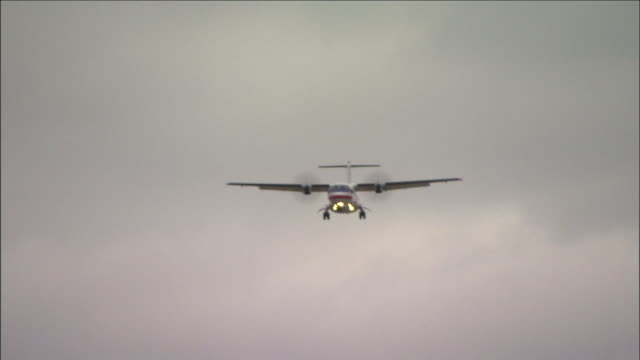 a propeller airplane approaches a landing at dallas fort worth international airport. - プロペラ機点の映像素材/bロール