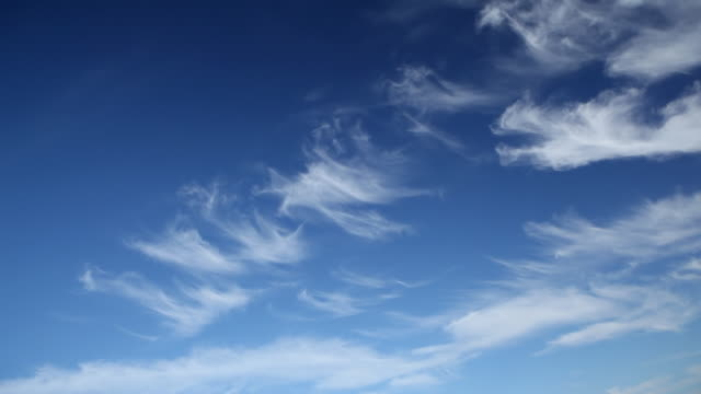 vídeos y material grabado en eventos de stock de avión con hélices flying de hélice de alta definición - toma mediana