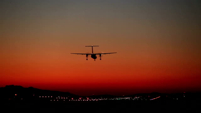 vídeos de stock e filmes b-roll de hélice de avião a pousar aeroporto - veículo aéreo