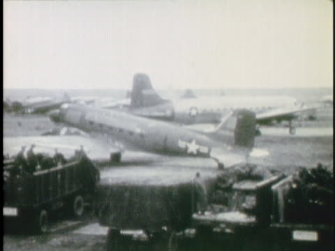 vidéos et rushes de propeller plane taxis at an airport during the berlin airlift. - 1948
