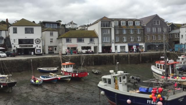 vídeos de stock e filmes b-roll de mevagissey properties overlook the harbour in the village of mevagissey which has submitted plans to limit the number of second homes on october 9... - st austell