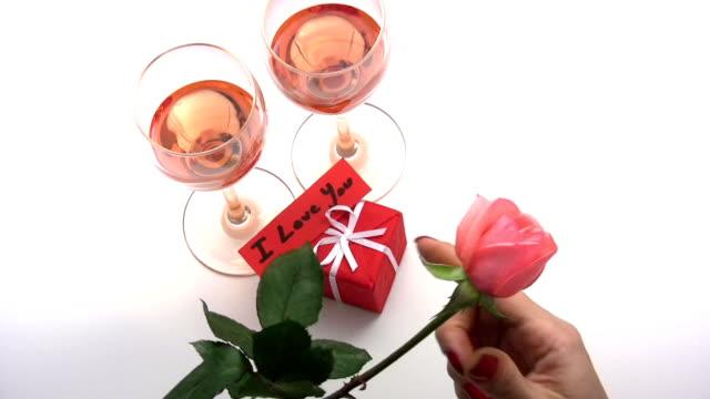 vídeos y material grabado en eventos de stock de propuesta de matrimonio - una rosa