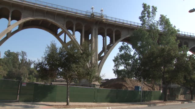 vidéos et rushes de ktla proposal to build playground bathroom in park below pasadena bridge known for suicides draws concern - suicide