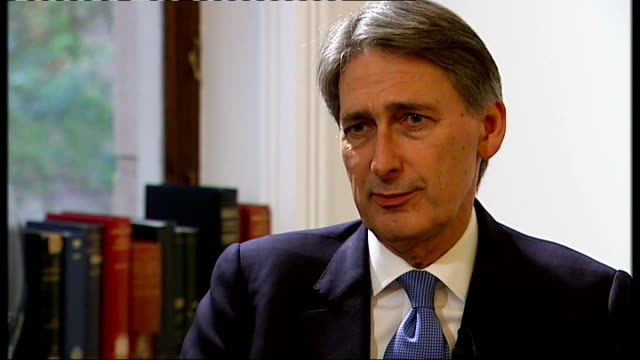 vídeos de stock e filmes b-roll de proposed high speed rail link from london to birmingham: concerns over noise levels; int philip hammond mp interview sot - we're going to be building... - richard hammond