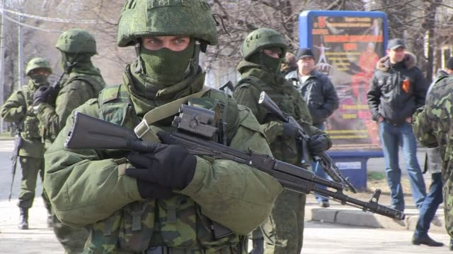 vídeos y material grabado en eventos de stock de prorussian forces tightened their grip on crimea on saturday as the kremlin vowed to help restore calm on the restive ukrainian peninsula and... - 2014
