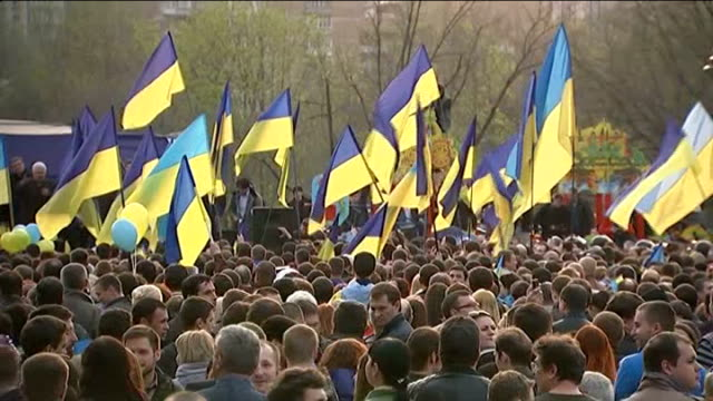 vídeos de stock, filmes e b-roll de pro-russian protesters and ukrainian troops clash / geneva talks; donetsk: ukrainian flags being waved by protesters demonstrators with ukrainian... - ucrânia