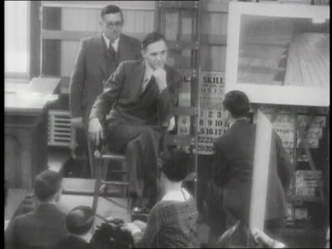 prosecutor david wilentz angrily questions bruno hauptmann in a crowded courtroom - フレミントン点の映像素材/bロール