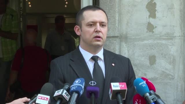 a prosecutor speaks outside court in kecskemet where four suspects in the deaths of 71 migrants found in an abandoned truck in austria appeared on... - procuratore video stock e b–roll