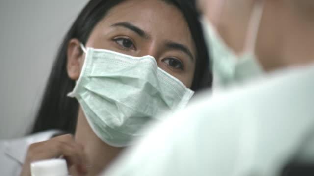 skydda och vårda - kirurgmask bildbanksvideor och videomaterial från bakom kulisserna