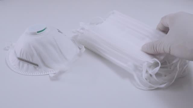 schützende sterile gesichtsmasken | handschuh - entfernen stock-videos und b-roll-filmmaterial