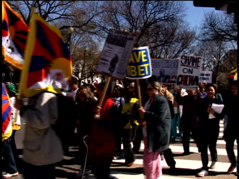 stockvideo's en b-roll-footage met protest against china's treatment of tibet outside chinese embassy/ washington dc/ audio - mannelijke gelijkenis