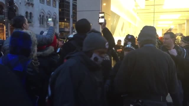 vidéos et rushes de protest against fbi at the chicago apple store. video shows pro-apple protesters clashing with police. - casser les codes