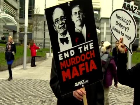 vidéos et rushes de protest against rupert murdoch - scandale politique