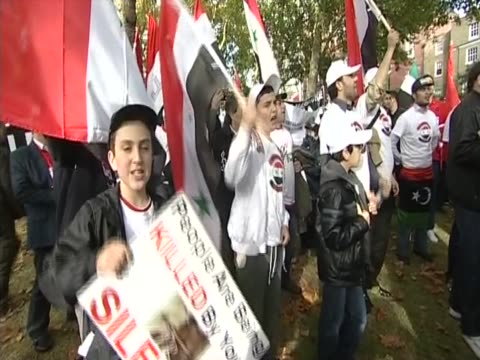 protest against the syrian assad government in london - demonstrant stock-videos und b-roll-filmmaterial
