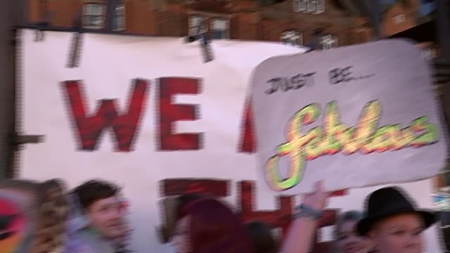 vidéos et rushes de protest at closure of black cap gay bar; england: london: camden: ext various of drag queens and gay people protesting outside 'the black cap' gay... - casquette