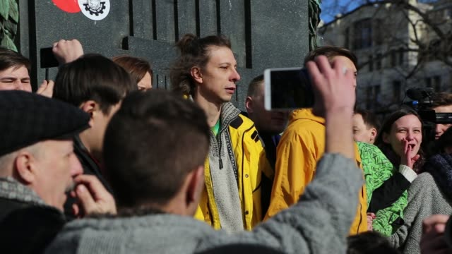 protest in downtown moscow, unsanctioned by the authorities, organized by opposition leader and presidential hopeful, alexei navalny. the protest... - filma bildbanksvideor och videomaterial från bakom kulisserna