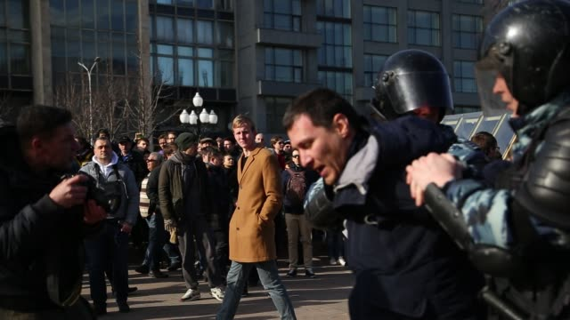 protest in downtown moscow, unsanctioned by the authorities, organized by opposition leader and presidential hopeful, alexei navalny. the protest... - arrest stock videos & royalty-free footage